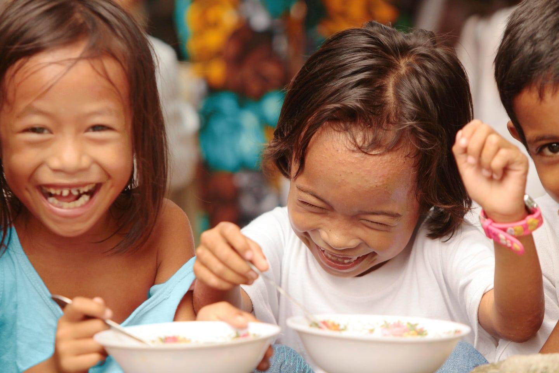 Phillipino children eating